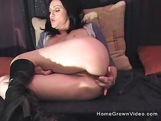 Horny milf definitely knows how to use her sex toy for the best cum