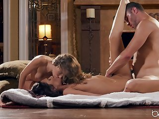 Threeway delights about hot starlets Kimmy Granger and Jaye Summers