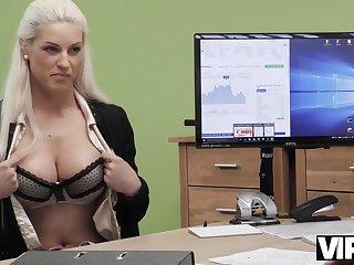 VIP4K. Die vollbusige Blondine Blanche gibt sich der - Casting